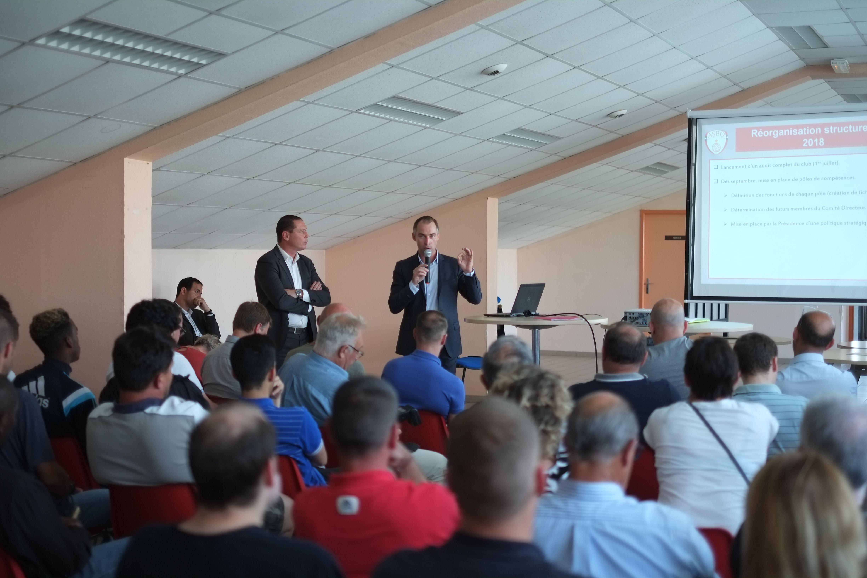 Guillaume Godin (à dr.) et Sylvain Reghem (à g.) présentant leur projet